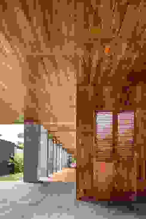 走廊 & 玄關 by Apaloosa Estudio de Arquitectura y Diseño