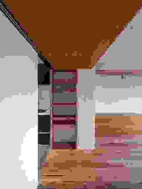 あえて低く抑えたリビング入口のラワン無垢材天井 株式会社エキップ モダンデザインの リビング 無垢材 木目調