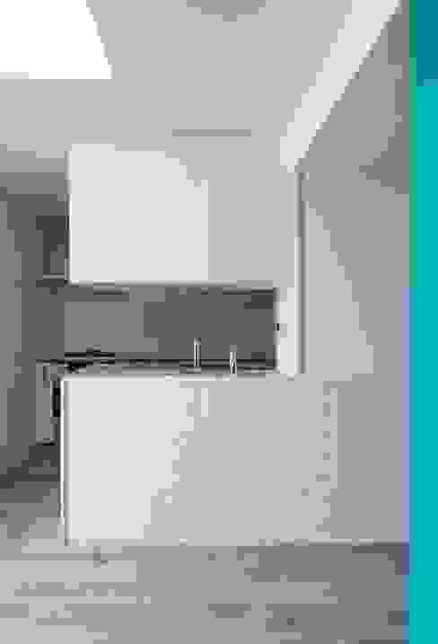シンプルなキッチン 株式会社エキップ システムキッチン タイル 白色
