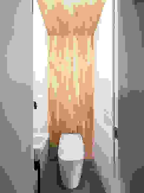 木をアクセントにしたトイレ空間 株式会社エキップ モダンスタイルの お風呂 無垢材 木目調