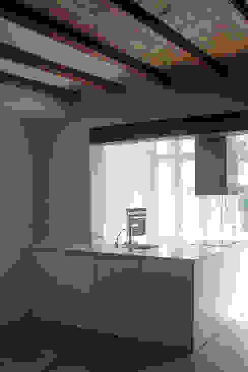 Cocina abierta de Divers Arquitectura, especialistas en Passivhaus en Sabadell Minimalista