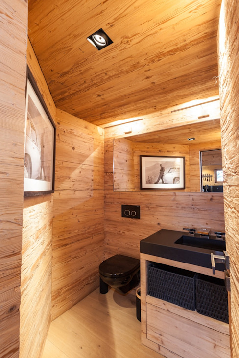 WC in Altholz mit Granitabdeckung Nero Assoluto Rustikale Badezimmer von RH-Design Innenausbau, Möbel und Küchenbau Aarau Rustikal Holz Holznachbildung