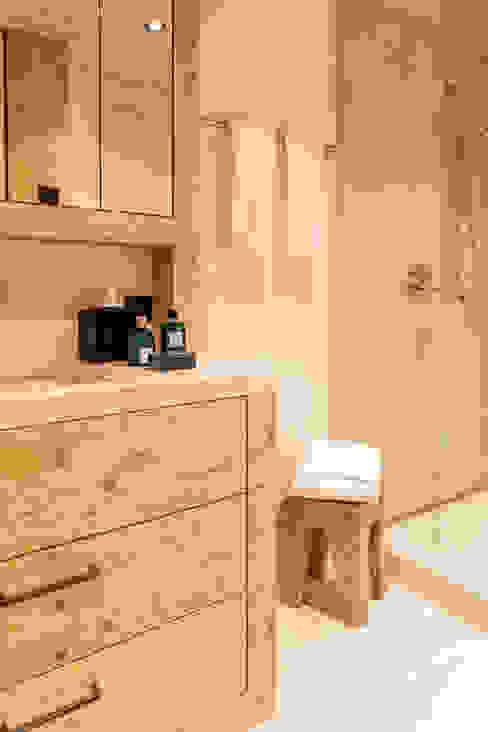 Badmöbel in Holz gebürstet:  Badezimmer von RH-Design Innenausbau, Möbel und Küchenbau Aarau,