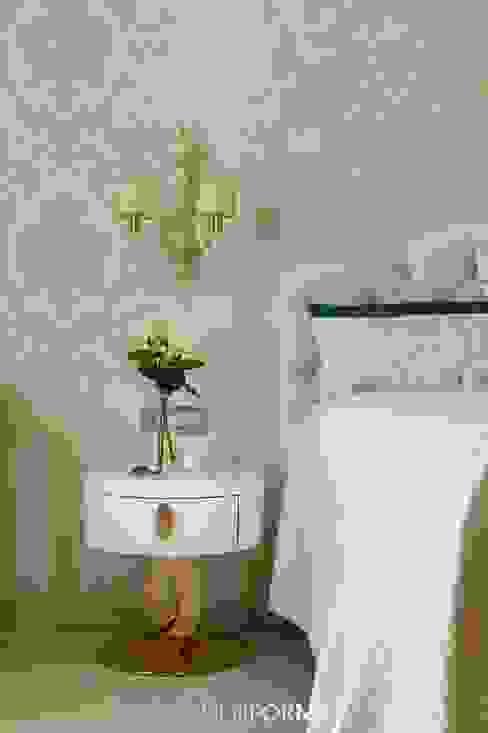 Люстра для спальни в дизайнерской квартире в Санкт-Петербурге: Спальни в . Автор – MULTIFORME® lighting,