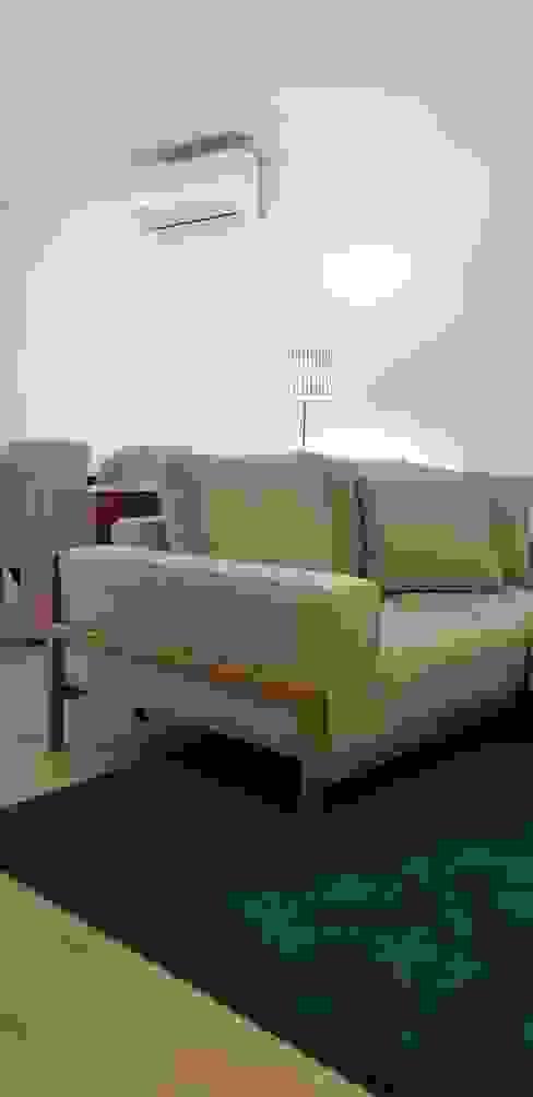 Detalhe de sofá Salas de estar ecléticas por Alma Braguesa Furniture Eclético Madeira maciça Multicolor