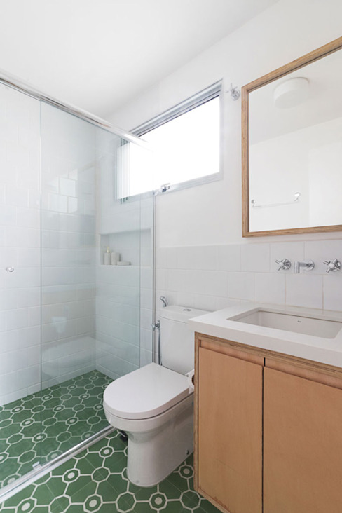 Banheiro simples verde INÁ Arquitetura Minimalist bathroom White