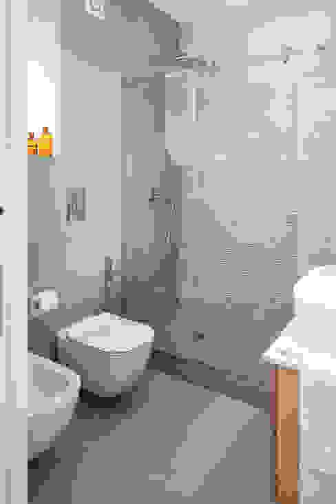 Bagno con doccia manuarino architettura design comunicazione Bagno minimalista Piastrelle Grigio