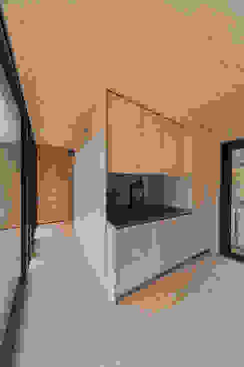 Futteralhaus – ein vorgefertigtes Minimalhaus Transstruktura - Architektur Stadt Objekt Kleine Küche Holzspanplatte Beige