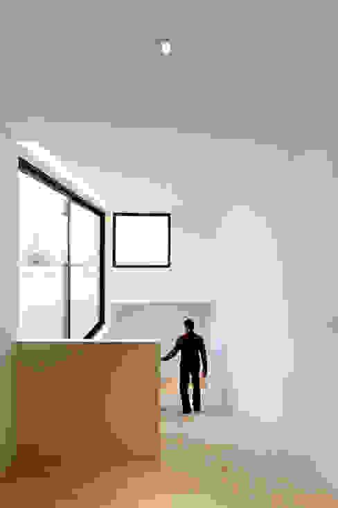 AGi architects arquitectos y diseñadores en Madrid Pasillos, vestíbulos y escaleras minimalistas Concreto Blanco