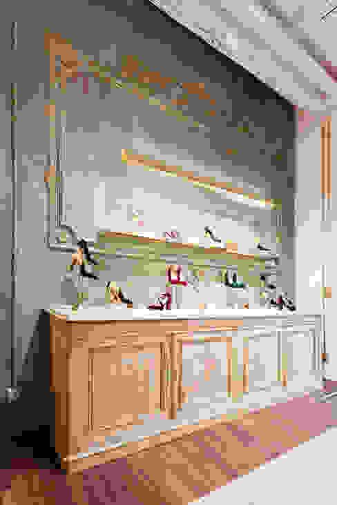 Pared decorada con molduras Oficinas y tiendas de estilo ecléctico de Interioristas Dimeic, diseñadores y decoradores en Madrid Ecléctico