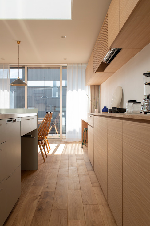 Rays of light: yuukistyle 友紀建築工房が手掛けたシステムキッチンです。
