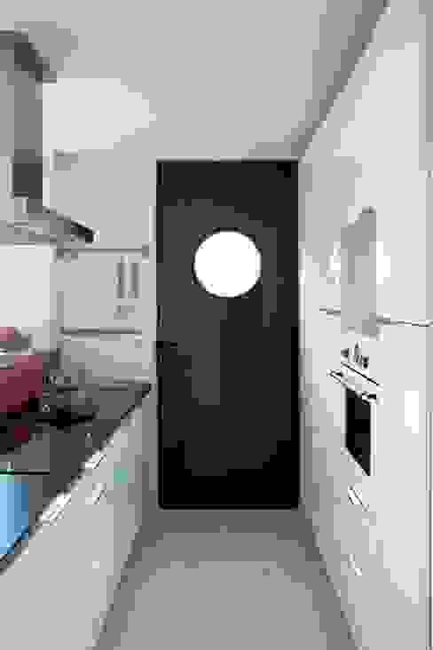 Nhà bếp theo INFINISKI, Hiện đại