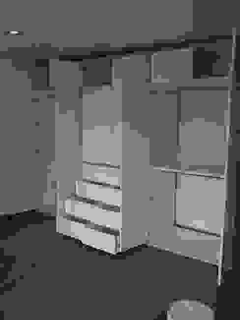 closet: Vestidores y closets de estilo  por DRAGSTER SYSTEMS,