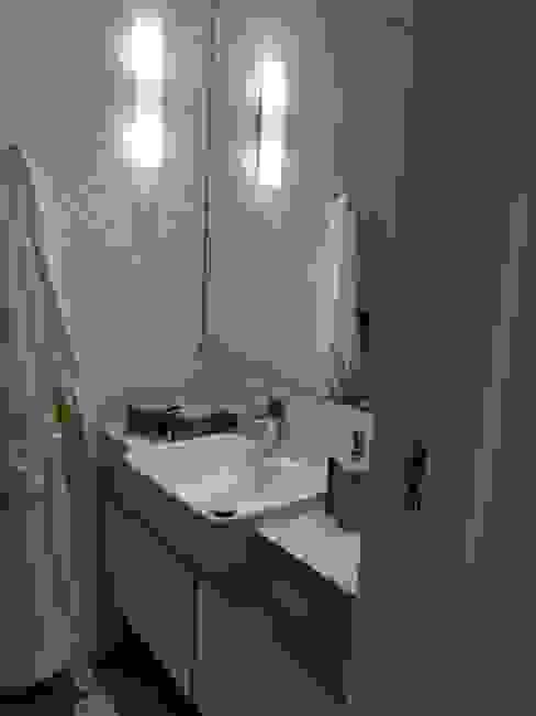 Banheiro em porcelanato: Banheiros  por Ana Laura Wolcov - ARTE WOLCOV ,Moderno Cerâmica