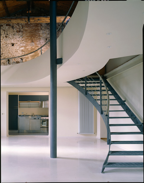 Recupero di un'ala di un palazzetto storico a L'Aquila, vista dal basso del soggiorno verso il soppalco;: Soggiorno in stile  di Scaglione Workshop architettura e design,