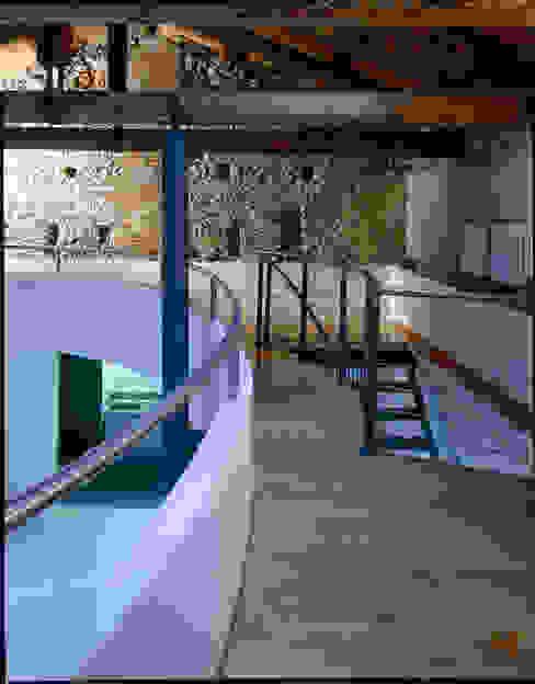 Recupero di un'ala di un palazzetto storico a L'Aquila: Soggiorno in stile  di Scaglione Workshop architettura e design,