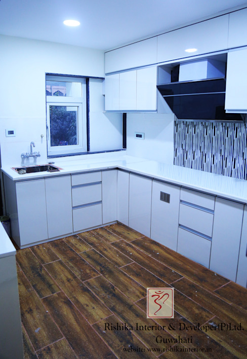 Modular Kitchen layout:  Kitchen by Rishika Interior & Developer (p) Ltd.