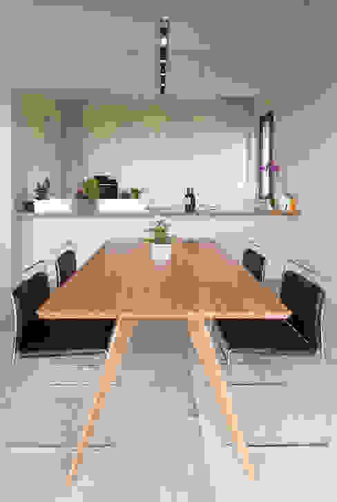 Sala da pranzo con tavolo in legno: Sala da pranzo in stile  di Soffici e Galgani Architetti, Minimalista