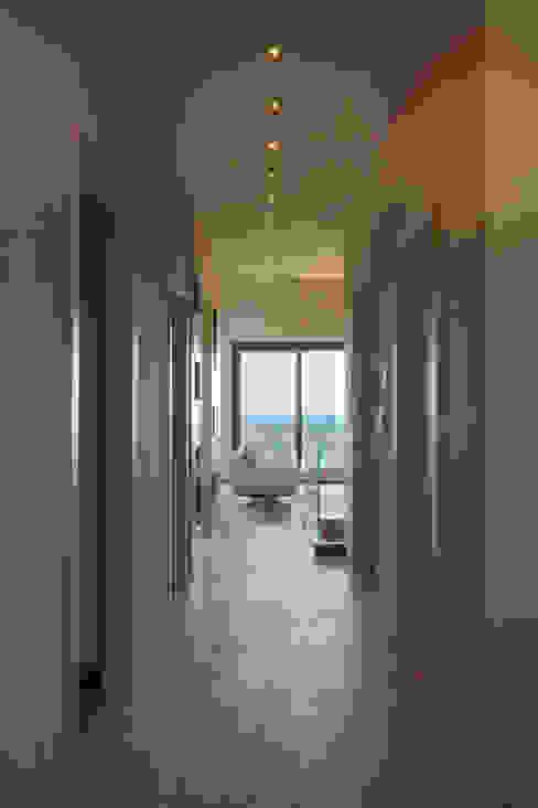 Corridoio con vista soggiorno : Ingresso & Corridoio in stile  di Soffici e Galgani Architetti, Minimalista