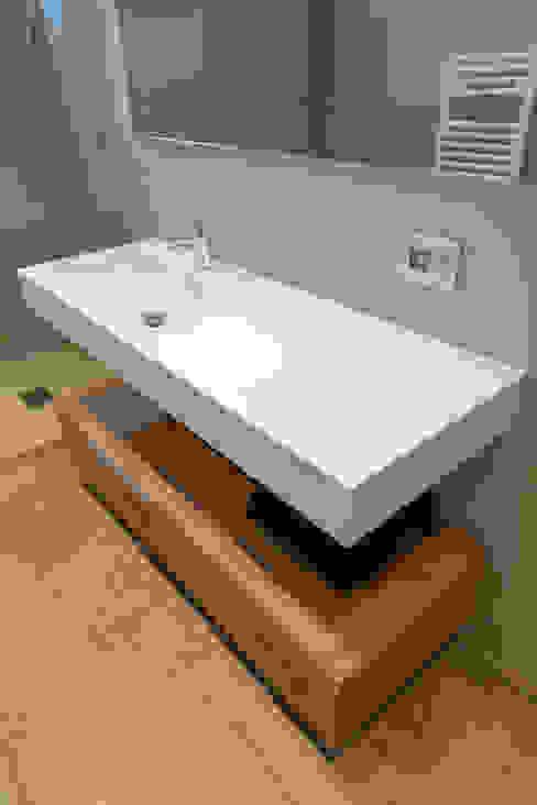 Bagno stile moderno minimal: Bagno in stile  di Soffici e Galgani Architetti, Minimalista