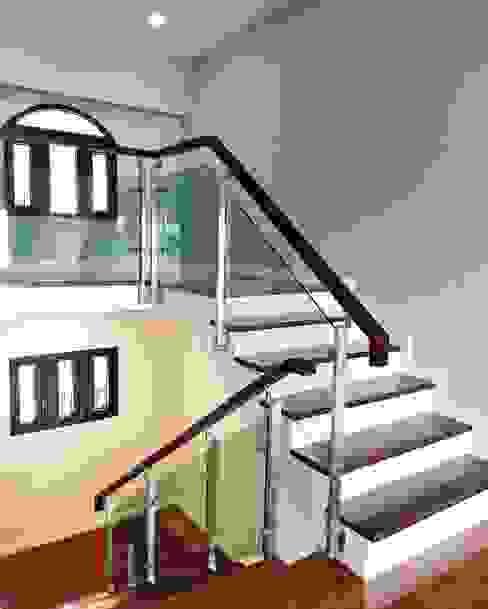 ราวบันไดสเตนเลส แบบกระจกเทมเปอร์สีเขียวใส: ทันสมัย  โดย บริษัท เดคอร่า (ไทยแลนด์) จำกัด, โมเดิร์น กระจกและแก้ว