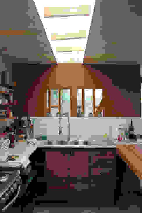 Bếp nhỏ theo ALIWEN arquitectura & construcción sustentable - Santiago, Hiện đại