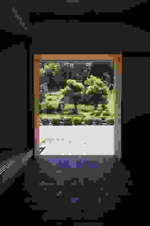 額縁のような玄関 TOGODESIGN 木製サッシ 木 木目調