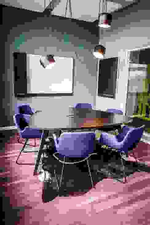 Meetingraum mit Design Klassiker - warum nicht?:  Bürogebäude von Kaldma Interiors - Interior Design aus Karlsruhe