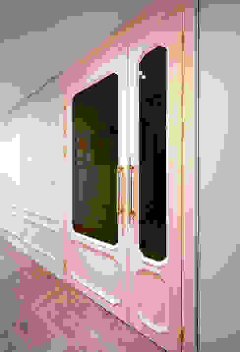Pasillos y vestíbulos de estilo  por 디자인 아버