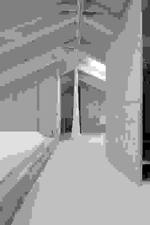 Ein Vorhang trennt und verbindet die Funktionsbereiche nach Bedarf:  Satteldach von AMUNT Architekten in Stuttgart und Aachen,