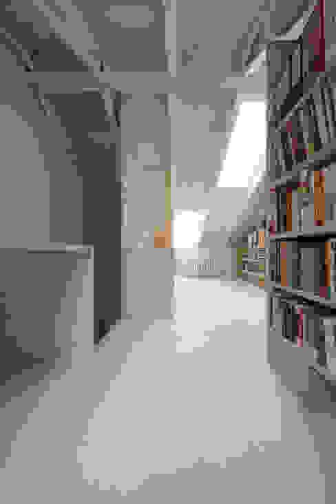 Neuer Deckendurchbruch mit Holztreppe in den Dachraum:  Satteldach von AMUNT Architekten in Stuttgart und Aachen,