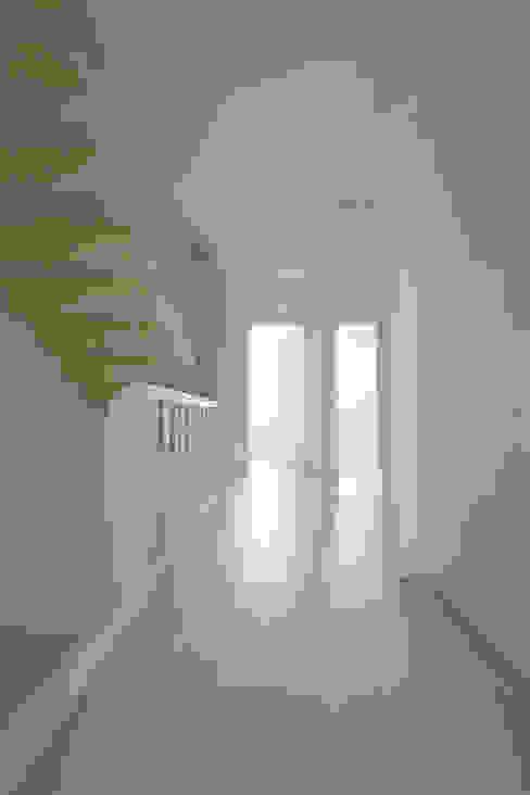 Obergeschoß des Reihenhauses mit neuem Treppenlauf ins Dachgeschoß:  Flur & Diele von AMUNT Architekten in Stuttgart und Aachen,