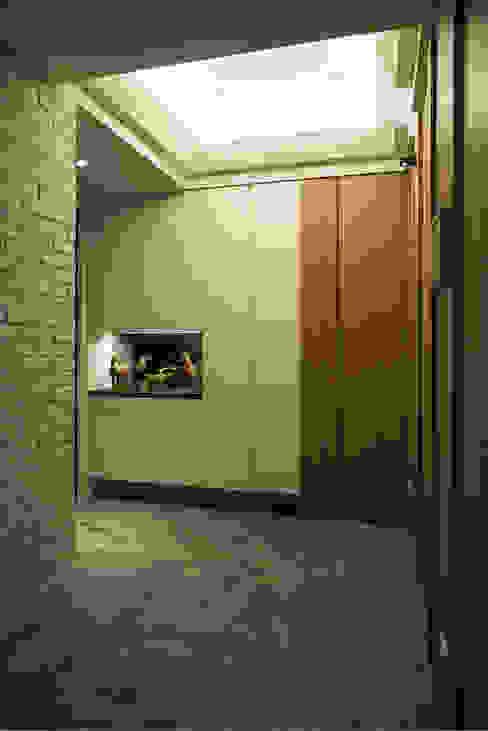 退休養老好宅好優閒-竹城新東京 富亞室內裝修設計工程有限公司 亞洲風玄關、階梯與走廊 磁磚 Grey