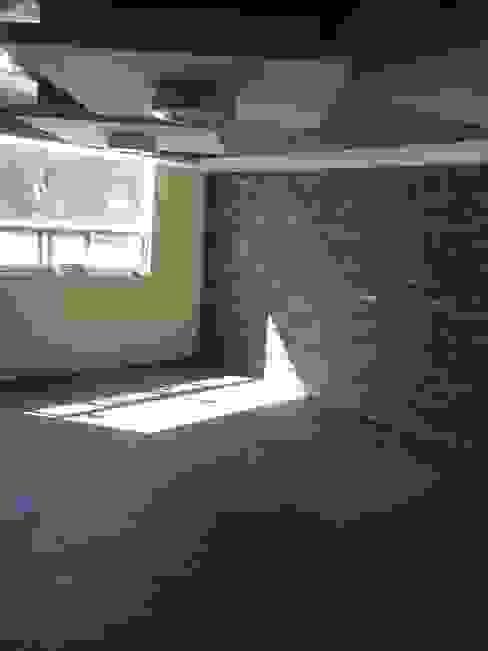 forrado de muro en recámara con laja de piedra Dormitorios modernos de 8 AM INGENIERIA Moderno