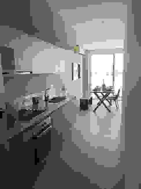 UG ARQUITECTOS Small kitchens Wood-Plastic Composite Beige