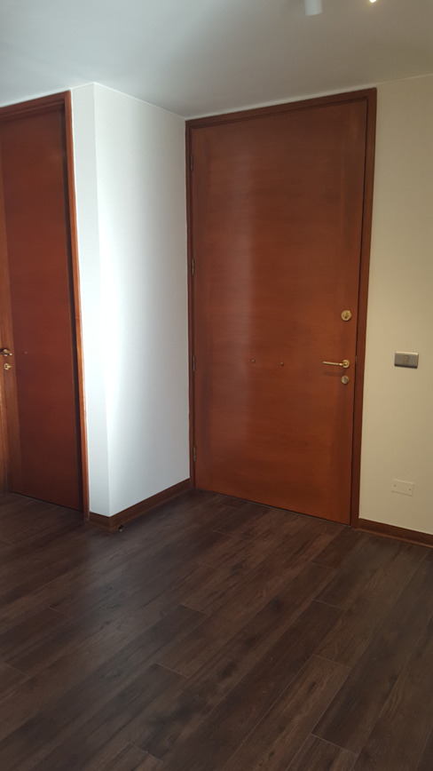 Cambio de puertas Pasillos, vestíbulos y escaleras modernos de Constructora CYB Spa Moderno