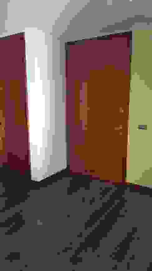 Modern corridor, hallway & stairs by Constructora CYB Spa Modern