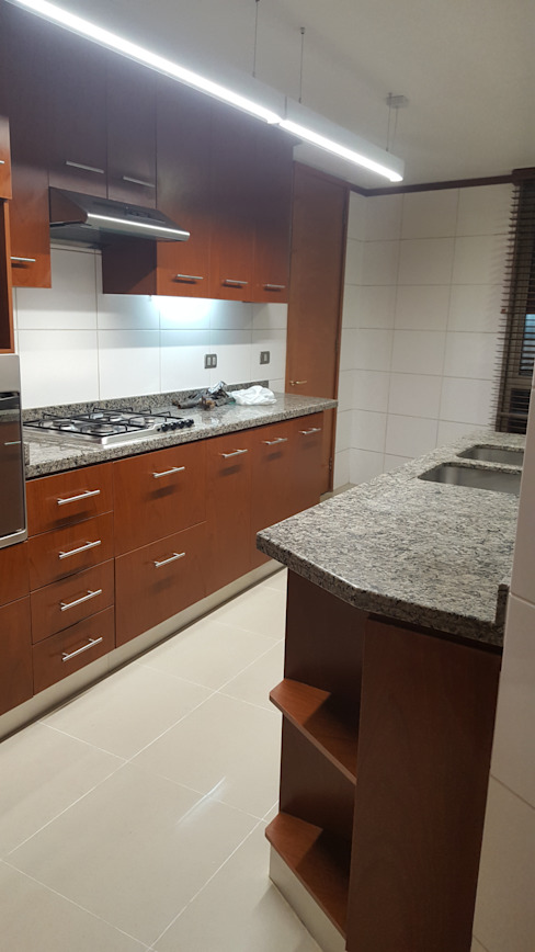 Modern kitchen by Constructora CYB Spa Modern