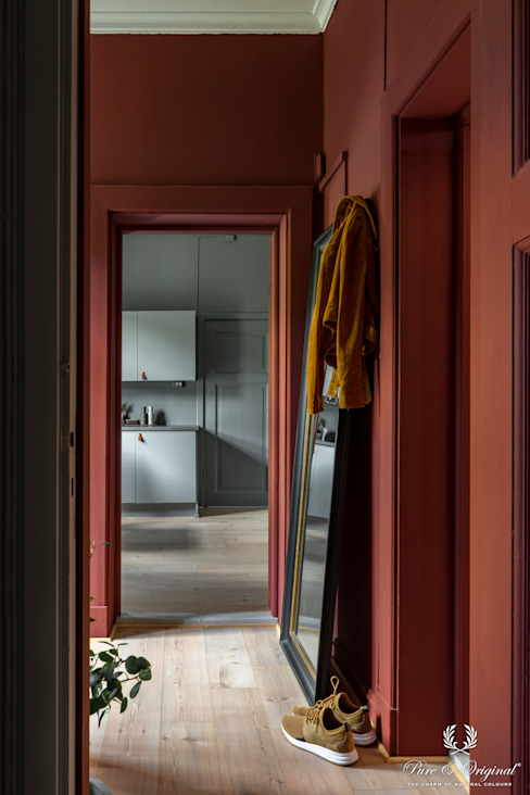 Hal geschilderd met Licetto afwasbare muurverf in de kleur Cardinal Red Scandinavische gangen, hallen & trappenhuizen van Pure & Original Scandinavisch