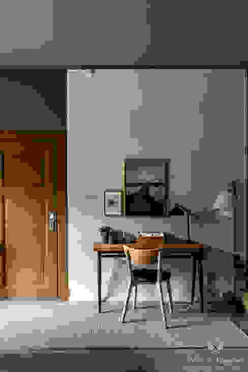Studeerkamer in Milk White, Elephant Skin en de deur in Praliné Scandinavische studeerkamer van Pure & Original Scandinavisch