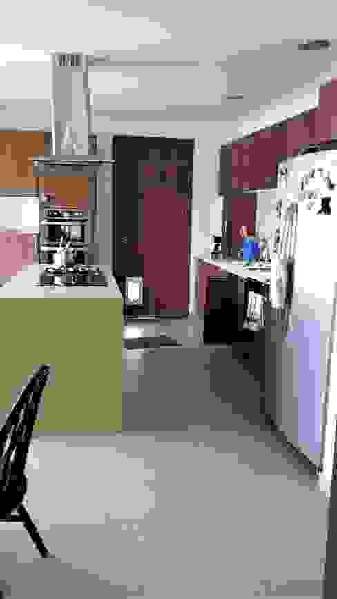 Cocina moderna de Brassea Mancilla Arquitectos, Santiago Mediterráneo Derivados de madera Transparente