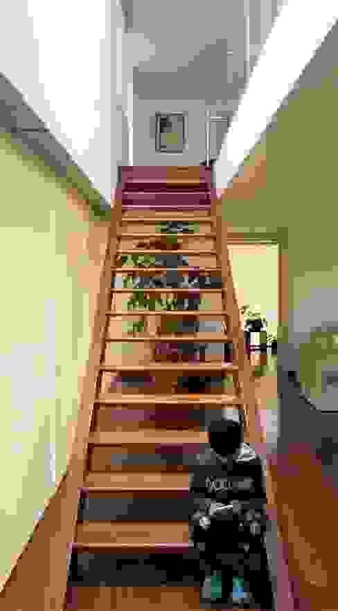 Escalera moderna de Brassea Mancilla Arquitectos, Santiago Mediterráneo Madera maciza Multicolor