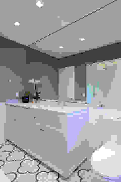 Baño principal : Baños de estilo  por BACE arquitectos, Moderno