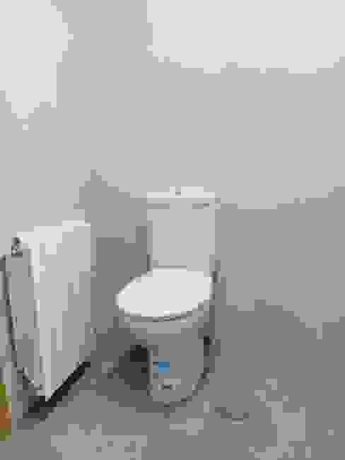 wc y radiador: Baños de estilo  de Obrisa Reformas y rehabilitaciones.