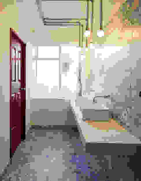 ARB baños entrearquitectosestudio Baños de estilo moderno Azulejos Rojo