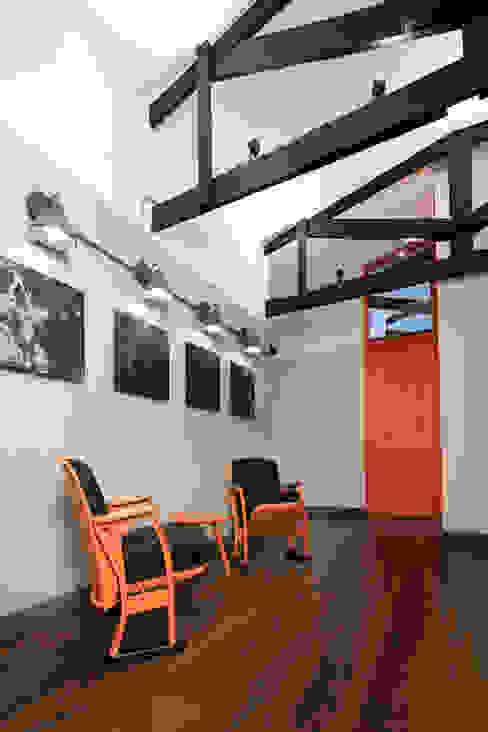 ARB espera entrearquitectosestudio Pasillos, vestíbulos y escaleras de estilo moderno Madera Acabado en madera