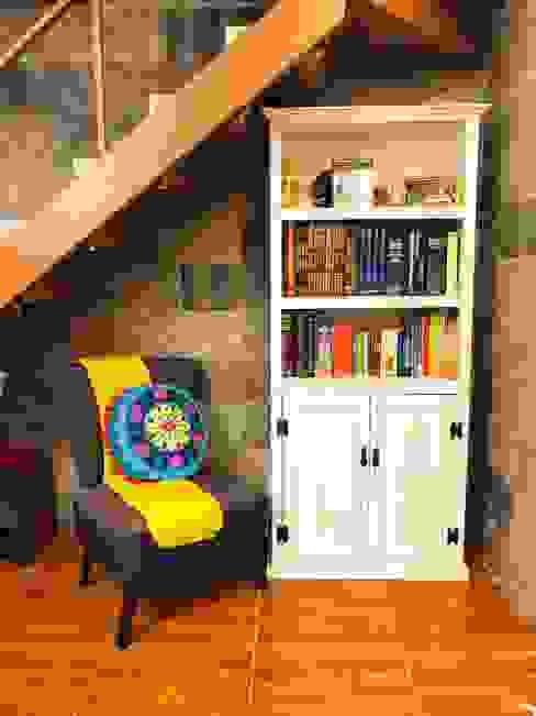 Zona de lectura ( bajo escala ) de Oscar Saavedra Diseño y Decoración Spa Rústico