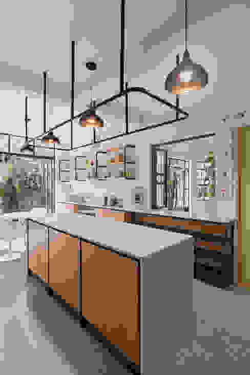 estudio atemporal Modern kitchen