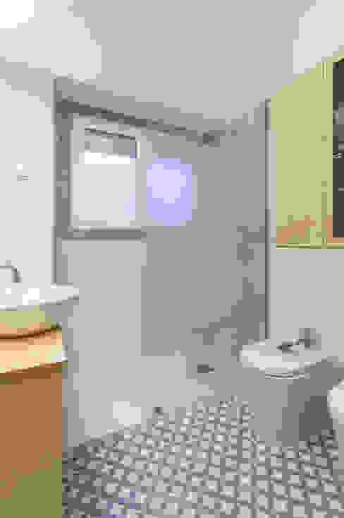 Remodelação T2 . Bairro de Alvalade, Lisboa Casas de banho ecléticas por BL Design Arquitectura e Interiores Eclético
