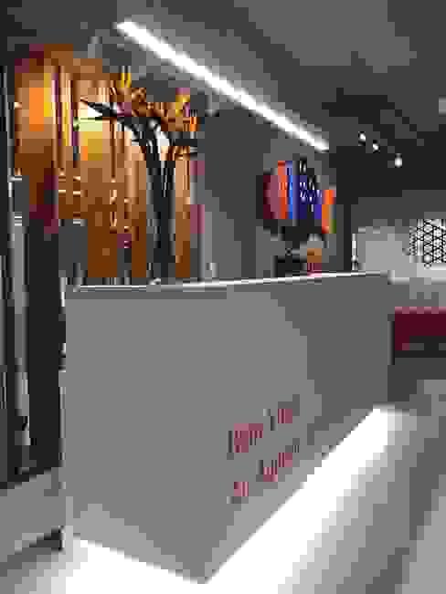 Recepção: Edifícios comerciais  por JBENARQ,Moderno Madeira maciça Multi colorido
